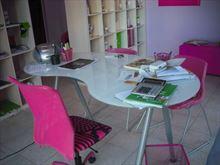 Scrivania, tavolo, poltroncine, scaffaliera