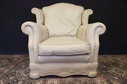 Poltrona Chesterfield modello Dellbrook pelle bianco crème