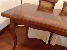Tavolo Le Fabier in legno massello noce intarsiato