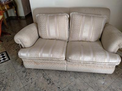 2 divani a 2 posti colore panna e oro stile classico