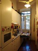 Cucina su due piani di marmo bianco