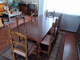 Tavolo in noce con sedie
