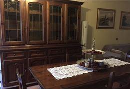 Credenza e tavolo con sedie