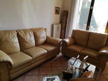 Due divani beige in pelle