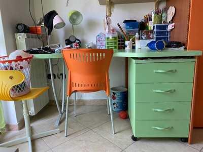 Scrivania colore verde e legno