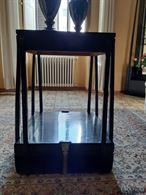 Tavolino nero con inserti in ottone