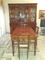 Tavolo in legno pregiato con quattro sedie, ottimo stato