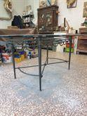 Tavolo da sala in ferro lavorato e piano in cristallo