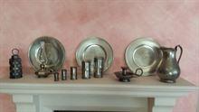 Collezione di oggetti vari da mensola