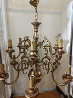 Grande lampadario in legno dorato a 10 luci ben tenuto
