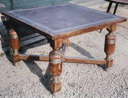 Tavolo in legno massello con cerchi in ottone inseriti