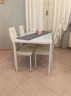 Tavolo con quattro sedie