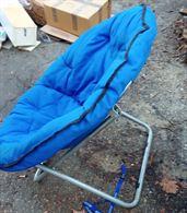Sedia pieghevole con grande cuscino blu
