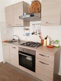 Cucina completa con frigorifero libera