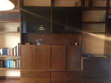 Libreria legno a tutta parete con spazi contenitivi