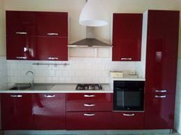 Cucina laccata rossa completa di elettrodomestici