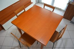 Tavolo a libro in legno con 4 sedie abbinate