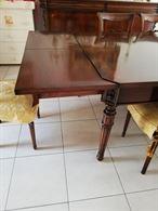 Tavolo con 6 sedie e lampadario
