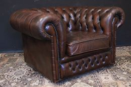 Poltrona club originale Chesterfield in pelle marrone foca