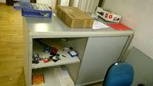 Scrivania sedia mensole cassettiere per ufficio