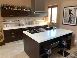 Cucina con isola e colonna forno