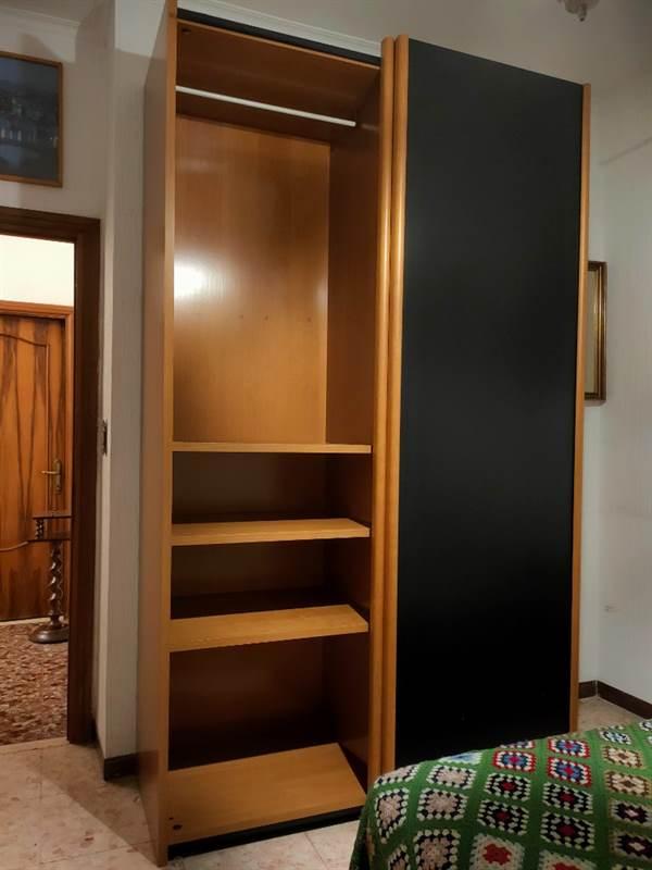 Armadio nero in legno porte scorrevoli cassettiera, in ...