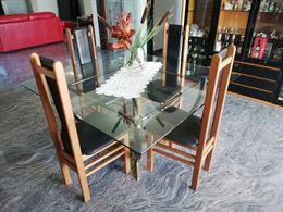 Tavolo di cristallo quadrato.
