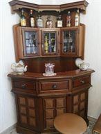 Mobile angolo bar in legno massiccio.