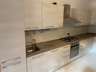 Cucina capiente in design moderno con elettrodomestici
