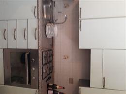 Cucina con forno e frigo