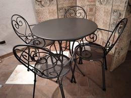 Tavolino da esterno in ferro battutto e sedie