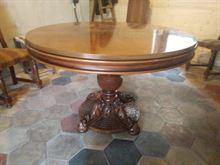 Tavolo tondo in legno con sei sedie