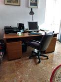 Scrivania ufficio con due cassettiere mobili