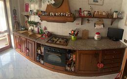 Cucina in granito e legno massello